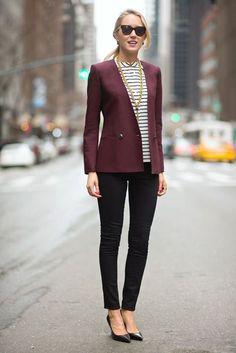Den Look kaufen: https://lookastic.de/damenmode/wie-kombinieren/sakko-kurzarmbluse-enge-jeans-pumps-sonnenbrille/4332 — Schwarze Sonnenbrille — Weiße und schwarze horizontal gestreifte Kurzarmbluse — Dunkelrotes Sakko — Schwarze Enge Jeans — Schwarze Leder Pumps
