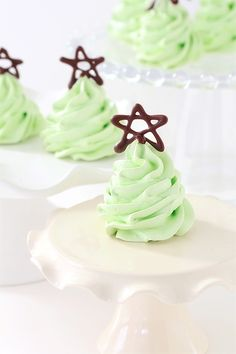 Christmas Tree Meringue Cookies (*Ingredients: 4 egg whites, 1 cup sugar, pinch of tartar, 1/8 tsp. of mint extract, 2-4 drops of green food coloring and 2 oz. melted chocolate for the stars)  Click photo for step-by-step preparation instructions. #HolidayRecipes