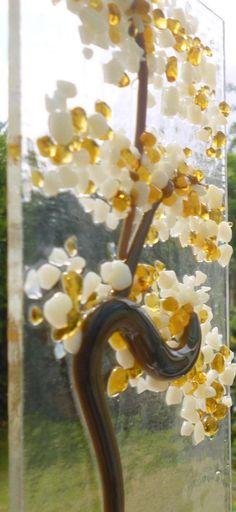 Vanille en Amber Orient gesmolten glas boom suncatcher. Dit is een zeer tactiele ontwerp met behulp van ondoorzichtige vanille frit en transparant amberkleurig frit voor de bladeren van een oosterse boom op helder glas gesmolten. Mooie transparante groene frit is gebruikt voor de grond en bruin langsliggers voor de boom. Deze boom zou kijken mooi opknoping in een venster of op een muur. Grootte ongeveer 200 x 100 mm (8 x 4)