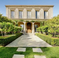 The home of a true gentleman, Kenley Court takes inspiration from Italian Renaissance architecture to recreate a corner of Italy in Melbourne. An imposing Loggia façade approached through a formal, tree-lined landscape recalling classic European courtyards sets the tone.