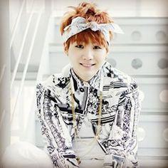 i love it when he used to wear bandanas. Please wear them again Suga :)