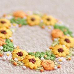* . ひまわりのミニリース . . 気付いたらもう土曜日、、、 びっくりです . . #刺繍#手刺繍#ステッチ#手芸#embroidery#handembroidery#stitching#needlework#자수#broderie#bordado#вишивка#stickerei