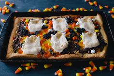 Bookmark this recipe to make chocolatey, delicious Candy Pizza for Halloween. Candy Pizza, Happy Holloween, Tuxedo Cake, Baking Cupcakes, Halloween Candy, Candy Corn, Pizza Recipes, Yummy Treats, Repeat