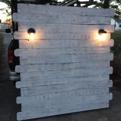 White Pallet Headboard with Lights | Pallet Furniture DIY