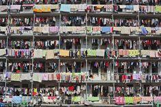 La ropa tendida de los estudiantes de la Universidad de Medicina de Hubei, China, modela el paisaje urbano de la ciudad. Barcroft Media