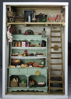 Nukkekoteja ja käsintehtyjä miniatyyrejä käsittelevä blogi. Diy Dollhouse, Dollhouse Furniture, Dollhouse Miniatures, Box Frame Art, Shadow Box Frames, Miniature Plants, Miniature Rooms, Mini Kitchen, Miniture Things