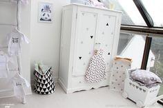 Une très mignonne chambre de petite fille qui sort des teintes habituelles de rose. Seules quelques petites touches de noir, blanc et or sont dévoilées dans un ensemble scandinave très lumineux. On adore !