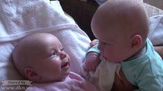 Cuộc trò chuyện đáng yêu của hai em bé sinh đôi