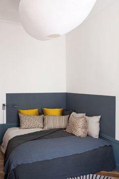 Un lit dans un angle. Placez votre lit dans un angle et libérez l'espace autour de celui-ci pour pouvoir circuler librement. Qui plus est, avoir un mur de chaque coté, vous donnera un sentiment de sécurité pour des nuits paisibles.