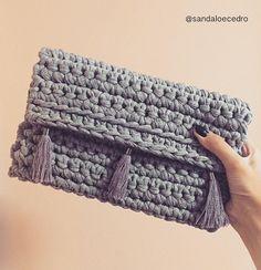 """259 """"Μου αρέσει!"""", 26 σχόλια - Sândalo & Cedro (@sandaloecedro) στο Instagram: """"Um amor cinza mescla ❣ #sandaloecedro #encomenda #exclusivo #handmade #feitoamao #feitonobrasil…"""" Crochet Clutch Bags, Crochet Wallet, Bag Crochet, Crochet Diy, Crochet Handbags, Crochet Purses, Love Crochet, Zeina, Diy Handbag"""