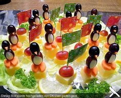 Small penguins with grape crackle and carrot feet - FOOD Party Finger Foods, Snacks Für Party, Cute Food, Good Food, Yummy Food, Food Art For Kids, Food Garnishes, Party Buffet, Veggie Tray