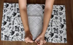 Como fazer Capa para Máquina de Costura – Passo a Passo Fácil | Revista Artesanato Hand Sewing, Diy And Crafts, High Waisted Skirt, Singer, Patches, Quilts, Pattern, Embroidery, Fashion