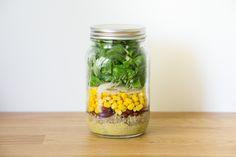 Salade in a jar -  50 grammes de quinoa cuit 30 grammes d'haricots rouges 60 grammes de maïs des copeaux de parmesan 1 grosse poignée de salade de votre choix