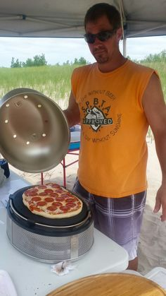 Pizza at the lake. cobb supreme in action. Portable Charcoal Grill, Portable Grill, Cobb Cooker, Cobb Bbq, Camping Meals, Camping Recipes, Simple Shirts, Cooking On The Grill, Easy Video