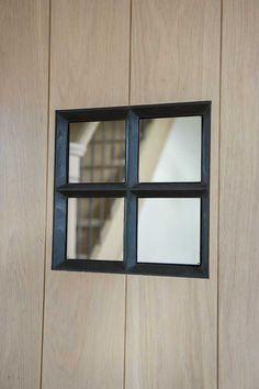 Smeedijzeren raampje in eiken deur (Ontwerp: Leen Jacobs - Crejalee.be)