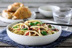 Spagetti med bacon, tomater og gorgonzola Bacon, Spaghetti, Ethnic Recipes, Food, Essen, Meals, Yemek, Pork Belly, Noodle