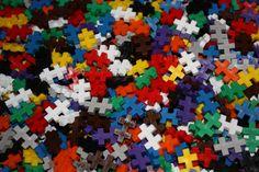 Plus-Plus brikker i standard farver. Du kan finde dem på Legebyen.dk #plus-plus-mini #plusplus #danishtoys