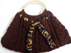 Die Tasche ist gestrickt mit Zopfmuster!  Sie ist in Tigermuster gefüttert und mit einem  passenden Farbe versehen!  Man kann es auch entfernen ode...