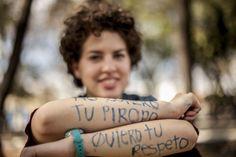 Por motivo del festejo del #DíaInternacionalDeLaMujer un grupo de mujeres y algunas otras organizaciones gay se unieron para llevar acabo una marcha en el #CentroGuadalajara.  En la imagen una de las integrantes quien escribió un sus brazos uno de sus pensamientos.  (Foto: Redacción/Alfonso Hernández)