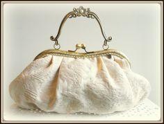 Bolso-cluth realizado en tejido cretona (con brocado) montado con una elegante boquilla metálica vintage a la que he colocado unas pieditas de crista