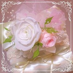 プリザーブドフラワーの花を飾ったリングピローです♪サテンの生地にシャンパンゴールドと真っ白のサテンリボンとレースを飾っています。リングピローのリボンの部分にプ...|ハンドメイド、手作り、手仕事品の通販・販売・購入ならCreema。