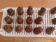 Vodu so solamylom a cukrom uvaríme v hustú kašu, pridáme nalámanú čokoládu a po roztopení čokolády p...
