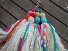 Lana, fieltro y cerámica. Ana Aguiar Taller Diy Craft Projects, Diy Crafts, Tassel Jewelry, Tassel Necklace, Fairs And Festivals, Linen Bag, Weaving Techniques, Crochet Flowers, Knit Crochet