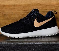 wholesale dealer bca13 c4575 Nike WMNS Roshe Run – Dark Armory   Blue – Simmit White   Volt Nike Tennis