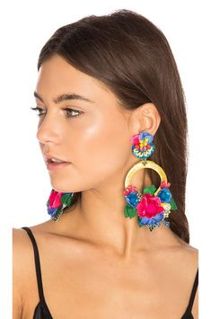 Ranjana Khan Flower Hoop Earring en Yellow & Blue | REVOLVE