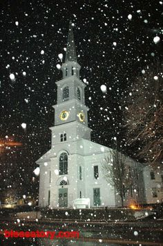 snow softly falling, classic lighted church in downtown Brattleboro Vermont. Abandoned Churches, Old Churches, Winter Szenen, Vermont Winter, Winter Night, Winter Time, Winter Christmas, Beautiful Winter Scenes, Church Pictures