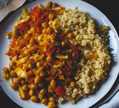 Kari zeleninová směs s cizrnou a bulgurem Tahini, Chana Masala, Quinoa, Smoothie, Ethnic Recipes, Fitness, Bulgur, Smoothies