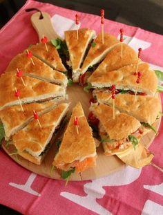 Een taart van Turks brood. Halveer het brood overlangs. Linkerhelft is gevuld met crème fraîche, bieslook, rucola en gerookte zalm. Rechterhelft is gevuld met kruidenroomkaas, rucola, tomaat en gerookte kip. Zet voordat je het brood in punten gaat snijden alvast alle prikkers er in anders valt alles uit elkaar.