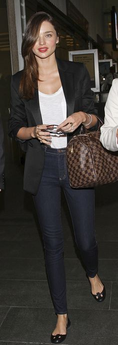 Miranda Kerr : black blazer, white t-shirt, dark skinny jeans, Louis Vuitton speedy damier & black flats