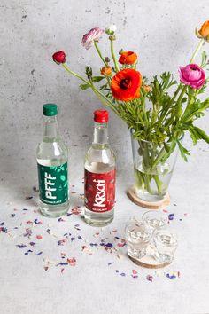 Die Auwald Destille ist Startup aus Leipzig, die köstliche Bio-Spirituosen herstellt. #leipzig #leipzigtipps #pfeffi #kirsch #biospirituosen Fiji Water Bottle, Drinks, Beautiful Life, Peppermint, Drink, Beverage, Drinking