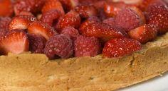 mandelkake med bringebær og jordbær