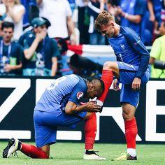 Payet shines Antoine Griezmann's shoe after his 2 goals for les bleu
