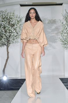 Rachel Zoe Spring Summer 2019 Ready To Wear-ready Woman Vogue Runway Beige Trend. - Rachel Zoe Spring Summer 2019 Ready To Wear-ready Woman Vogue Runway Beige Trend. Rachel Zoe Spring Summer 2019 Ready To Wear-ready Woman Vogue Runw. Spring Fashion Trends, Milan Fashion Weeks, Women's Summer Fashion, Runway Fashion, Womens Fashion, Summer Trends, Rachel Zoe, Mode Outfits, Fashion Outfits