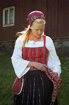 Folkdräkt med tillhörande kjolsäck. Delsbo. Hälsingland, Sweden. Swedish Embroidery, Costumes Around The World, Folk Clothing, Tribal People, Swedish Design, How To Purl Knit, Folk Costume, Summer Outfits Women, Traditional Dresses