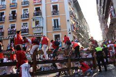 El encierro es el parte más famoso de la festival se llama San Fermín. La festival tiene sitio en la ciudad de Pamplona, la capital de La Comunidad Foral de Navarra. Durante una semana en julio, hay diferentes actividades como fuegos artificiales, bailes, música y por supuesto el encierro.
