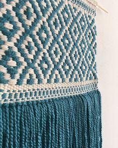 Kolejny projekt zakończony 😊 Kolor kość słoniowa z turkusem Wymiar Weaving Textiles, Weaving Art, Weaving Patterns, Tapestry Weaving, Loom Weaving, Hand Weaving, Crochet Wall Hangings, Weaving Wall Hanging, Wall Hanging Crafts