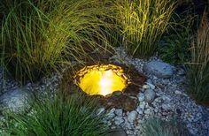 Auch Terrasse und Garten lassen sich durch versteckte Licht-Spots im Boden verschönern.