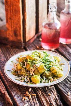 Tilli-pecorinopesto maustaa juhannuksen perunasalaatin. Salaatti vain paranee, kun se saa tekeytyä seuraavaan päivään.