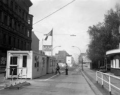 Checkpoint Charlie - 1977. Un paso entre dos mundos, como el espejo de Alicia: Berlín Oriental y Berlín Occidental.