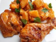 Zapečená kuřecí stehna s bramborami a omáčkou z jednoho plechu.