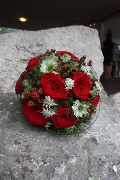 Rosenrot und Edelweiss - Sommerlich-eleganter Brautstrauß mit leuchtend roten Rosen, Beeren und Edelweiss; Hochzeit in Garmisch-Partenkirchen, Bayern, Riessersee Hotel Resort