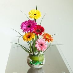 This simple but bright bunch will be nice decoration in the middle of any of these ostagon & round tables.