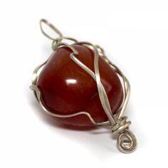 Bola de cornalina,con envoltorio irregular en plata alemana una piedra,llamada de las de suerte, por su color y propiedades,es una piedra de ascensiòn