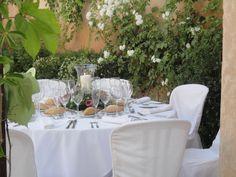 Detalle de mesa en patio