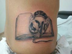 www.valestattoo.com #valestattoo  #tattoo #tatuaggio #libro #book #cuffie #realistic #realistictattoo #panthetablackink #pantherainktattoo #pantheraink #blackandgrey #blackandgreytattoo #tattooartistitaly #photooftheday #bestoftheday #love #passione #passion