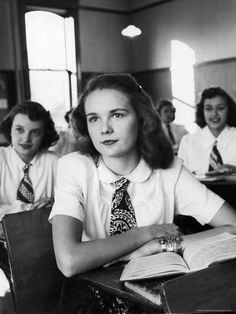 Vintage picture showing the history of Uniforms Students with ties and books. Des Moines, Iowa, Photograph by Alfred Eisenstaedt. Eisenstaedt shows high school girls at their desks ready for class and looking sharp . Vintage School, Vintage Girls, Vintage Outfits, Retro Girls, Vintage Diy, The Last Summer, High School Classroom, Foto Art, 1940s Fashion